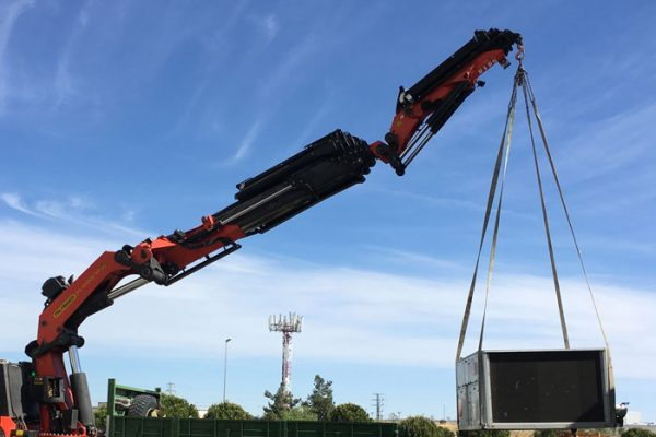 Transport de machines avec camion-grue